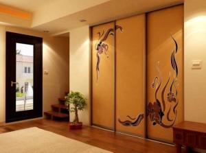 Качественный и практичный шкаф-купе в интерьере комнаты