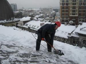 Уборка снега с крыш - опасная работа!