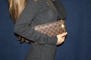 """Как """"протестировать"""" клатч от Louis Vuitton?"""