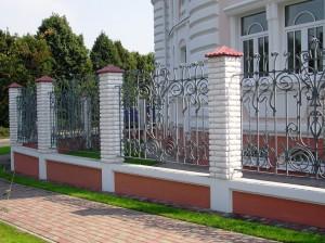 Нужен ли кованый забор?