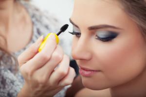 Как правильно наносить макияж в жару, какие косметические средства подойдут лучше