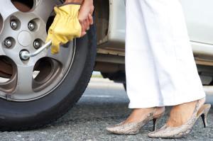 Как женщине самостоятельно поменять колесо?