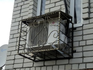 Установка кондиционера на фасаде здания