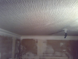 Как оклеить потолки обоями