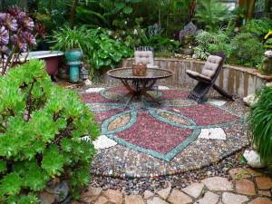 Оригинальное украшение садового участка