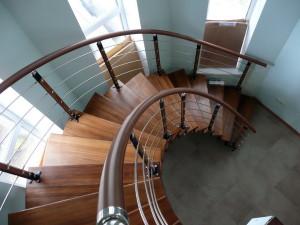 Преимущества использования винтовых лестниц в помещении загородного дома