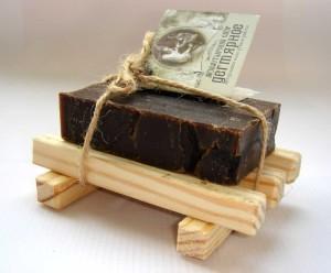 Дегтярное мыло вновь обретает былую популярность из-за своих лечебных свойств. Оно является эффективным средством против прыщей. Деготь в составе мыла обладает противовоспалительными и дезинфицирующими свойствами