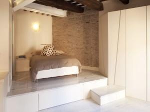 Подиум – оригинальное украшение современной квартиры