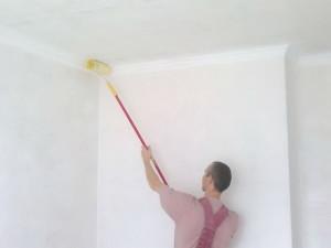Покраска потолка при помощи гашеной извести