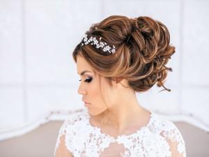 Больше значение для любой женщины играет ее внешность. Особенно в день свадьбы хочется выглядеть неотразимой и привлекательной. Удачно подобранное платье, хороший макияж и естественно прическа, играют большую роль