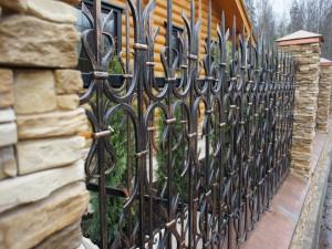 Кованые заборы не просто красивое украшение территории дома