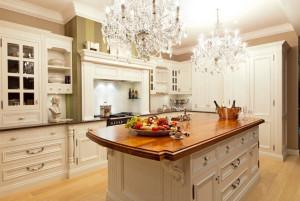 Люстра в интерьере кухни