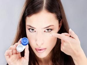 Обращение с контактными линзами Если Вы пользуетесь каплями для глаз, то закапывать их нужно при снятых линзах.