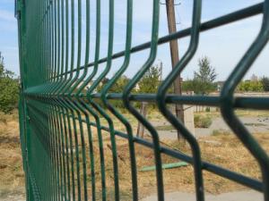 Строительные ограждения и железные заборы из сварных секций