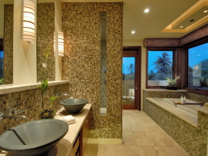 Отделка ванной с помощью стеклянной мозаики