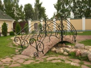 Декор двора и сада коваными изделиями