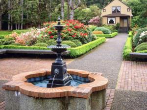 Декоративный фонтан дома или в саду.