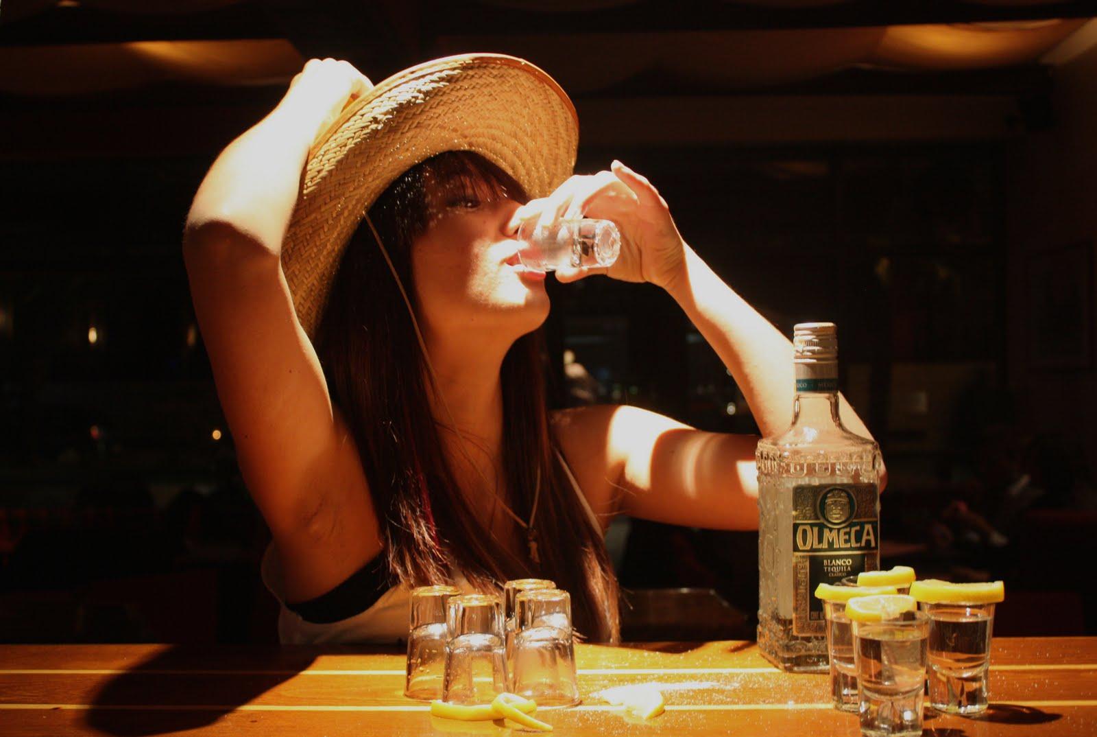 Девушка с бутылкой смешные картинки, про людей