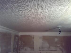 Оклейка потолков обоями