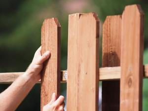 Особенности возведения деревянного забора