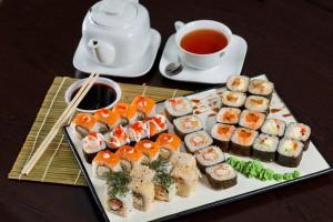 Большие суши-роллы с рыбной пастой