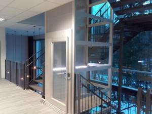 Чем отличается лифт для колясочников от стандартных?