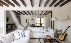 Как декоративные потолочные балки в интерьере преобразят комнату
